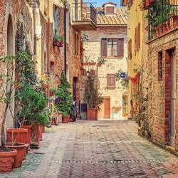 Malownicza uliczka w miasteczku Pienza w Toskanii