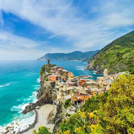 Malownicze miasteczko na skałach w Parku Narodowym Cinque Terre we Włoszech