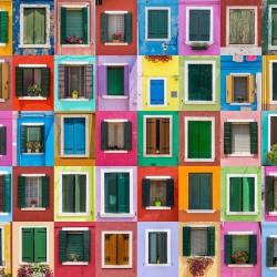 Abstrakcyjna kolekcja kolorowych okiennic na wyspie Burano w Wenecji